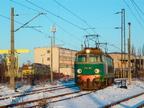 ET22-1166 -- Lokomotywa ET22-1166 grzeje się do jazdy w zimowe popołudnie. W tle lokomotywownia oraz wraki ostrołęckich lokomotyw.