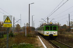 EN57-1632 -- EN57-1632 z pociągiem do Tłuszcza, zatrzymuje się na nieczynnej stacji Dalekie.
