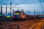 """EU07-402 -- """"Siódemka"""" z wieczornym pociągiem towarowym oczekuje na odjazd z Wyszkowa."""