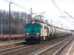 EU07-402 -- Lokomotywa EU07 z transportem cystern przejeżdża przez przystanek Myszków Mrzygłód i jedzie w stronę Częstochowy.