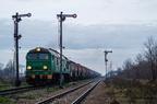 ST44-700 -- Poranny pociąg towarowy z Ostrołęki ze składem cystern i lokomotywą ET22-128 na końcu, przetacza się przez stację Ostrów Mazowiecka.