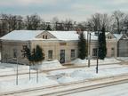 Dworzec kolejowy Wyszków -- Budynek dworca w zimowej scenerii.