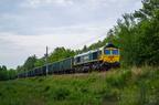 JT42CWRM-66009 -- Pociąg towarowy z Kuźnicy Białostockiej na szlaku Wyszków - Mostówka w lesie między przystankami Rybienko i Lucynów.