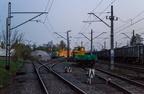 Składy robocze na stacji Wyszków -- Przy rampie z górą tłucznia stoi lokomotywa SM42-2286 Orion Kolej ze składem wagonów, a po prawej pociąg roboczy złożony z maszyn torowych, które pracują przy modernizacji odcinka Przetycz - Pasieki.