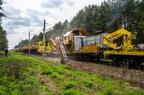 Maszyny torowe na kilometrze 43,9 -- Oczyszczarka tłucznia i wagony z taśmociągiem powoli przesuwają się po szlaku. Drugi skład z lokomotywą SM42 zawiera wagony samowyładowcze z nowym tłuczniem.