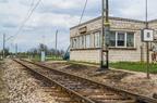 Wyjazd ze stacji Pasieki -- Budynek nastawni oraz wskaźnik informujący o prędkości szlakowej 80km/h na wyjeździe w stronę Ostrołęki.