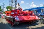 Czołg straży pożarnej -- Czołg ratunkowy straży pożarnej i czeskiego zarządcy infrastruktury kolejowej na wystawie sprzętu Czech Raildays 2014. W tle wagon konferencyjny.