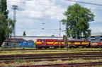 Teren lokomotywowni DKV Ostrava -- Na pierwszym planie lokomotywy manewrowe, a w oddali niebieskie lokomotywy serii 130 przeznaczone głównie do pociągów towarowych.