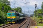 163 252-0 -- Pociąg osobowy Kolei Czeskich prowadzony elektrowozem 163 w klasycznym malowaniu zbliża się do przystanku Polanka nad Odrou.