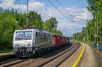 E189-845 -- Lokomotywa Siemens Eurosprinter przewoźnika Express Rail z transportem kruszywa przejeżdża przez przystanek Polanka nad Odrou.