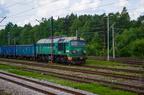ST44-282 -- Lokomotywa spalinowa prod. radzieckiej jako popych na końcu ciężkiego składu stoi na stacji Łazy.