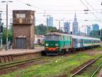 ET22-1116 -- Pociąg Inter Regio Przewozów Regionalnych prowadzony lokomotywą ET22 wjeżdża na stację Warszawa Zachodnia.