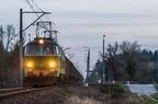 ET22-829 -- Pociąg towarowy do Ostrołęki przejeżdża przez przystanek Leszczydół.
