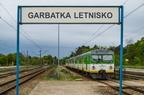 EN57-1908 -- Pociąg osobowy Kolei Mazowieckich rel. Dęblin - Radom odjeżdża ze stacji Garbatka Letnisko.