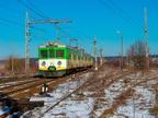 EN57-038 -- Jednostka EN57 rusza w kierunku Ostrołęki. Po prawej stronie widać jeszcze nie rozebrane tory do fabryki mebli.