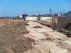 Usunięty tor do fabryki mebli -- Miejsce przebiegu toru do rampy magazynów fabryki mebli. Obecnie na jego drodze znajduje się betonowe ogrodzenie skupu złomu.