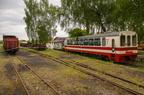 Wagony na stacji Bytom Karb Wąskotorowy -- Wagony towarowe i wagon pasażerski Bxhpi obok lokomotywowni GKW.