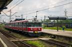EN57-1250 -- Pociąg Regio Przewozów Regionalnych do stacji Wieluń Dąbrowa oczekuje na odjazd ze stacji Tarnowskie Góry. W tle ET41-069 z pociągiem towarowym.