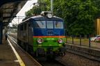 EU07-213 -- Lokomotywa własności P.H.U. Lokomotiv na krótkim postoju przy budce dyżurnego peronowego na stacji Tarnowskie Góry.