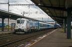 380 011-7 -- Lokomotywa Skoda 109E z węgierskimi wagonami rusza ze stacji Ostrava hl.n.