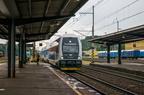 971 025-2 -- Pociąg osobowy na jednostce City Elefant wjeżdża w perony stacji końcowej.