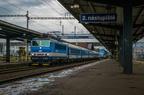 362 123-2 -- Pociąg przyspieszony rusza ze stacji Ostrava hl.n.