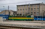 163 095-3 -- Lokomotywa 163 w klasyczny malowaniu z pociągiem osobowym wjeżdża na stację Przerów. W tle lokomotywa 182 Kolei Czeskich.