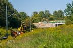 Prace torowe przed stacją w Wyszkowie -- Koparka dwudrogowa Atlas oraz ekipa wymieniająca podkłady. W tle prace na wiadukcie.