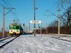 EN57-1622 -- Pociąg osobowy z Ostrołęki wjeżdża na stację Pasieki.
