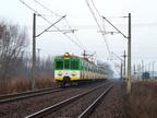 EN57-1611 -- Dwuskład jednostek Kolei Mazowieckich z pociągiem Warszawa Wileńska - Małkinia odjechał ze stacji Tłuszcz.