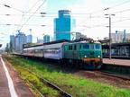 EP07-390 -- Lokomotywa PKP Intercity z pociągiem TLK na stacji Warszawa Zachodnia.