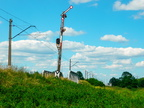 Wjazd do Mostówki -- Kształtowy semafor wjazdowy i świetlna tarcza przelotowa do stacji Mostówka od strony Tłuszcza. W oddali nieistniejąca nastawnia wykonawcza.