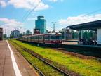 EN57-714 -- Jednostka przewozów regionalnych jako pociąg IR do Łodzi Fabrycznej wjeżdża na stację Warszawa Zachodnia.