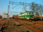 ET22-915 -- Pociąg towarowy PKP Cargo z Ostrołęki przejeżdża przez stację w Wyszkowie.