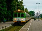 EN57-1624 -- Wieczorny pociąg Warszawa Wileńska - Wyszków wjeżdża do stacji końcowej.