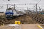 EP09-008 -- Pociąg TLK Hańcza rel. Kraków Główny - Białystok z wagonami do stacji Suwałki i Grodno wjeżdża na stację Łapy.