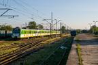 EN57AL-1742 -- Pociąg Kolei Mazowieckich rel. Ostrołęka - Warszawa Zachodnia zbliża się do peronów stacji Wyszków o godzinie 5:50.
