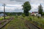 Stacja Sokoły -- Perony stacji Sokoły w kierunku Łap. Tuż za peronami do niedawna stały semafory kształtowe które usunięto w trakcie prac przy ponownym uruchomieniu linii. Widoczny jest też kontener do urządzeń przejazdowych.