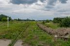 Pierwszy kilometr linii Ostrołęka - Łapy -- Pierwszy kilometr linii Ostrołęka - Łapy za stacją w Ostrołęce. Jak widać jeszcze nie rozpoczęto prac na tym odcinku o fatalnym stanie toru.