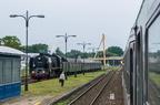 """Pt47-65 -- Pociąg turystyczny, uruchomiony przez """"TurKol - Turystyka Kolejowa"""" z parowozem Pt47 i wagonami historycznymi wjeżdża na stację Giżycko."""