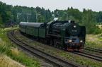 """Pt47-65 -- Pociąg turystyczny, uruchomiony przez """"TurKol - Turystyka Kolejowa"""" z parowozem Pt47 i wagonami historycznymi w momencie wjazdu na stację Stare Juchy na której odbędzie postój."""