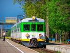 EN57-038 -- Popołudniowa mijanka pociągów w Wyszkowie. Jednostka z pociągiem do Tłuszcza oczekuje na pociąg z przeciwka.
