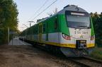 EN57AL-1767 -- Pociąg osobowy rel. Ostrołęka - Warszawa Wileńska na przystanku Rybienko po remoncie. Dwie jednostki elektryczne nie mieszczą się w przeciwieństwie do starego peronu.