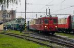M131.001 -- Mały wagon motorowy serii M131 manewruje po terenie lokomotywowni w Bohuminie. W tle wystawa taboru z okazji Dni Kolei 2017 w Bohuminie.