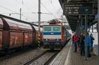 ES499.1001 -- Prototypowa lokomotywa (162 001-0) ES499.1001 w barwach fabrycznych z pociągiem przyspieszonym nr 834 z Bohumina do Brna podstawia się ze składem w perony stacji początkowej. Jest to prototypowa lokomotywa Skody z 1980r. i pierwszy na świecie dwusystemowy elektrowóz z rozruchem impulsowym.