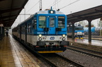 842 035-8 -- Wagon motorowy serii 842 z wagonami jako pociąg osobowy z Międzyrzecza Wołoskiego do Ostrawy oczekuje na odjazd.