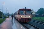 810 476-2 -- Wagon motorowy serii 810 manewruje po stacji Verovice by ruszyć z pociągiem do Studenki.