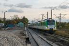 EN57AL-1647 -- Pociąg KM nr 19741 Warszawa Zachodnia - Ostrołęka przejeżdża obok remontowanej rampy i toru nr 7 na stacji w Wyszkowie.