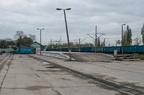 Plac przeładunkowy -- Plac przeładunkowy z rampą na stacji kolejowej w Wyszkowie. Dawniej pracowały tutaj suwnice poruszające się po widocznych szynach. Po lewej nieistniejący tor nr 9 na plac.