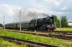 """Ol49-69 -- Pociąg turystyczny """"Turkol - Turystyka Kolejowa"""" z Olecka do Suwałk wjeżdża na stację końcową."""